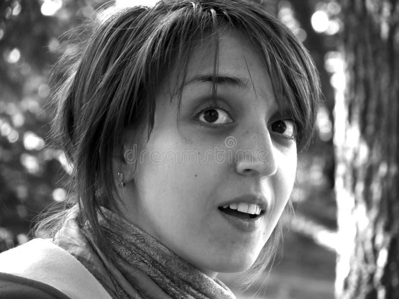 Retrato del primer de una muchacha que se pregunta foto de archivo