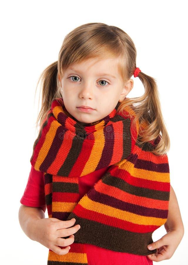 Retrato del primer de una muchacha triste en una bufanda fotografía de archivo