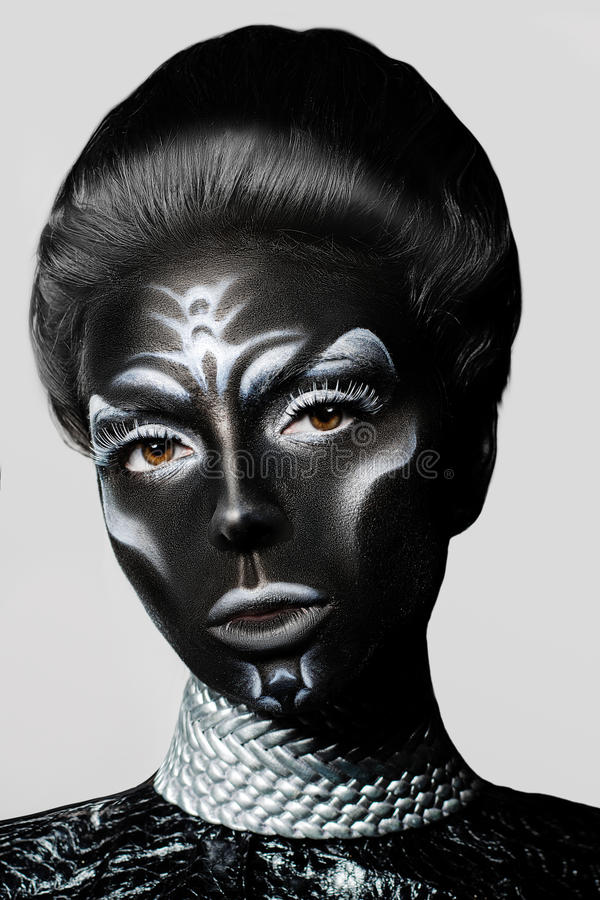 Retrato del primer de una mujer con maquillaje creativo Leathe negro imagenes de archivo