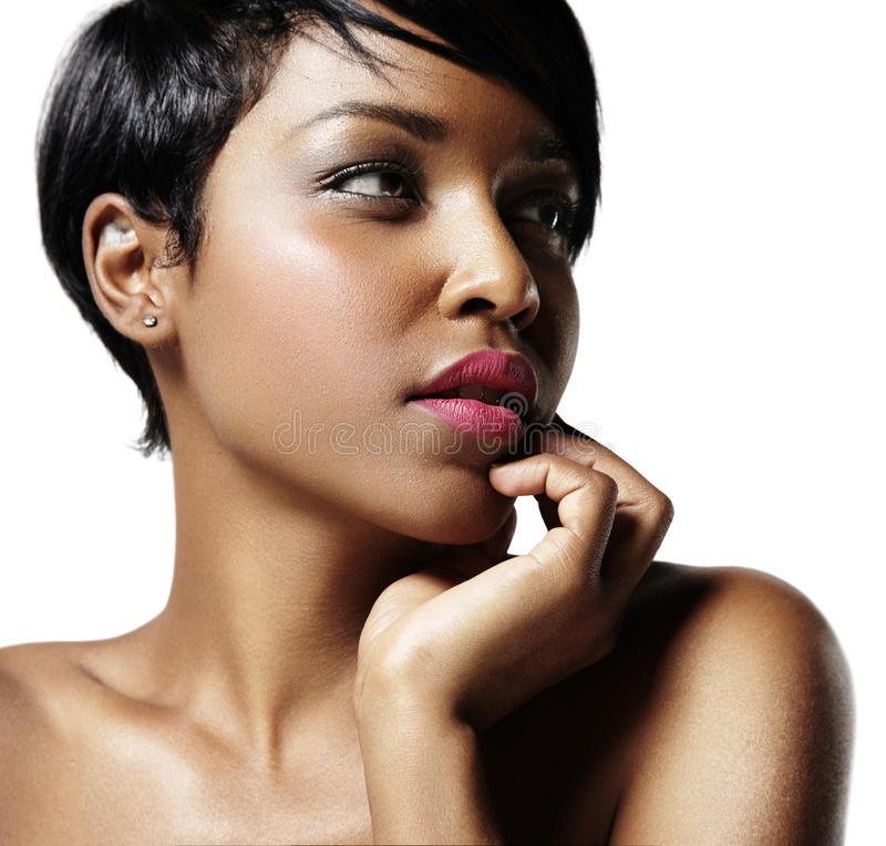 Retrato del primer de una mujer negra con una piel ideal imagen de archivo