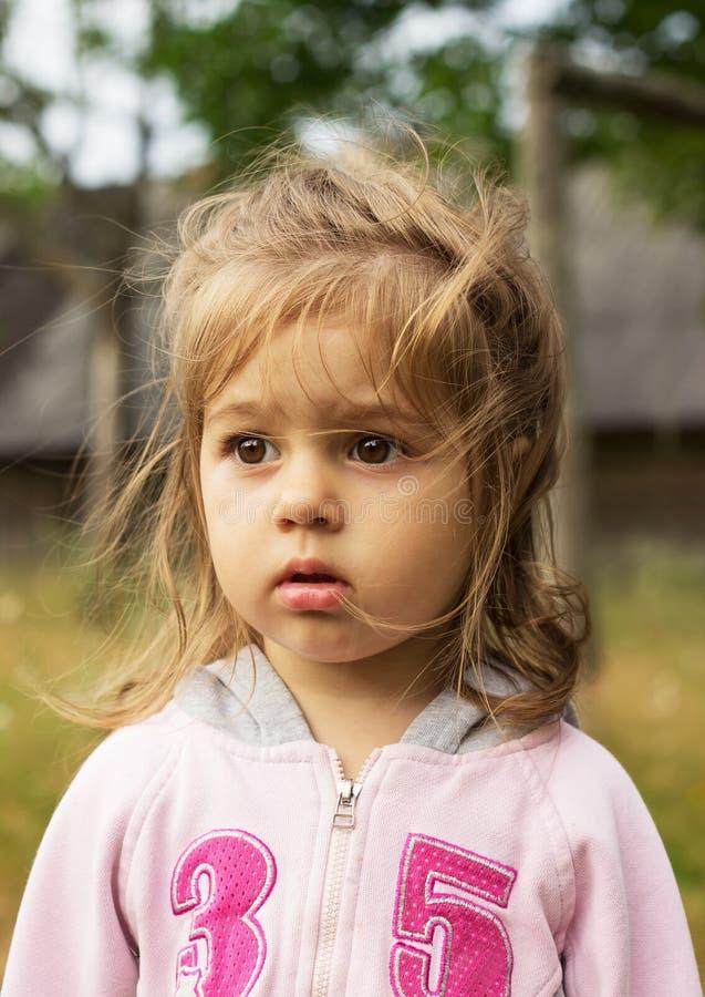Retrato del primer de una niña al aire libre fotos de archivo libres de regalías