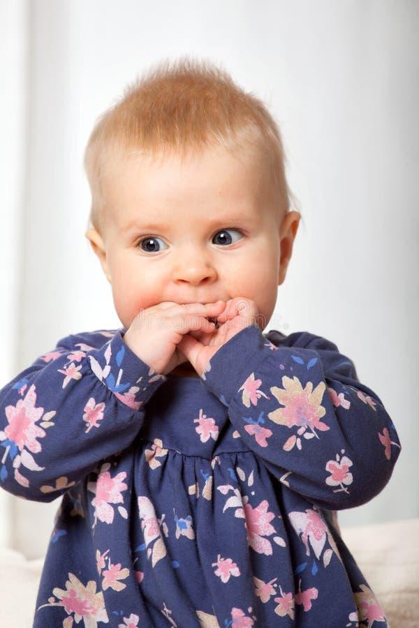 Retrato del primer del bebé alegre lindo imagenes de archivo