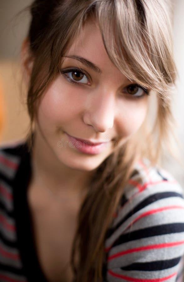 Retrato del primer del brunette hermoso. imagenes de archivo