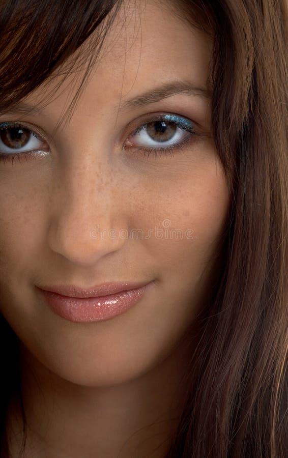 Retrato del primer del brunette sonriente imágenes de archivo libres de regalías