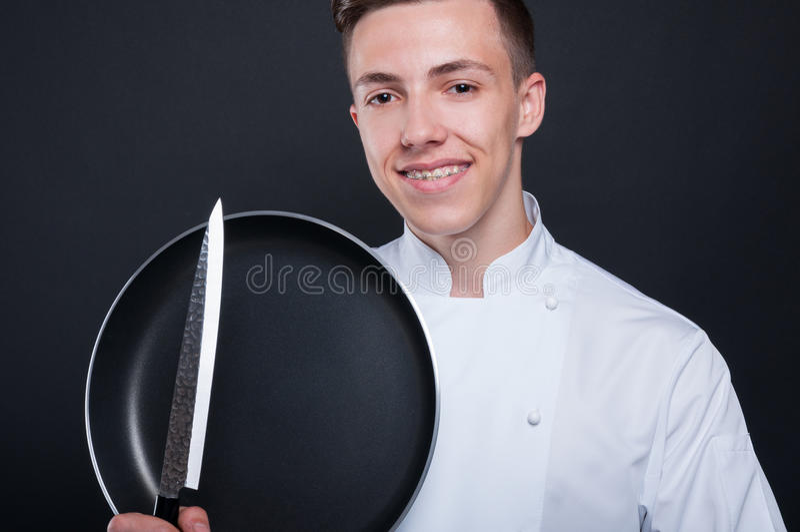 Retrato del primer del cocinero hermoso con los ustensils de la cocina fotografía de archivo libre de regalías