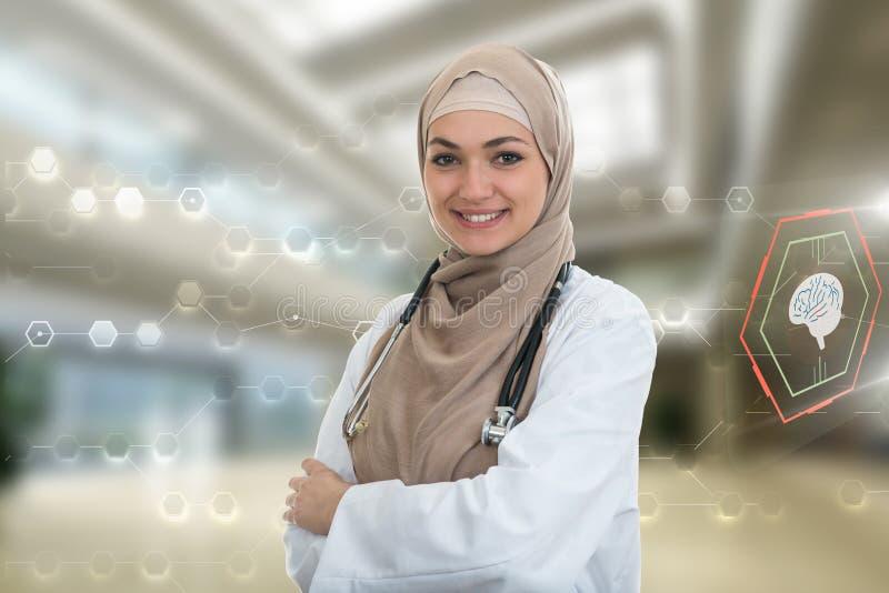 Retrato del primer del doctor de sexo femenino musulmán confiado amistoso, sonriente foto de archivo