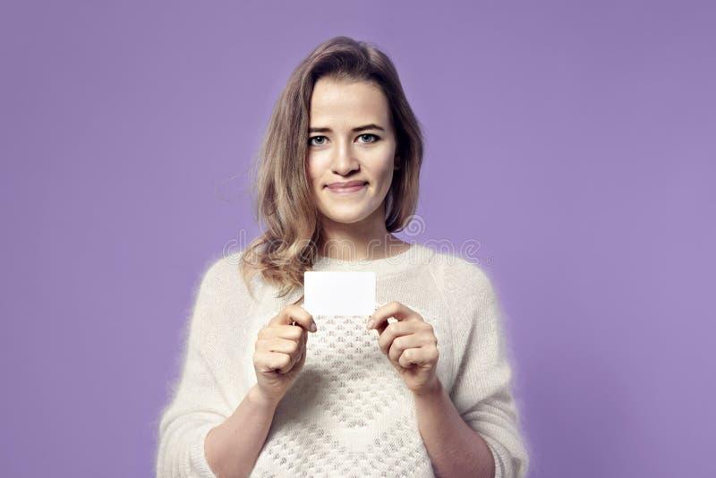 Retrato del primer del holdi sonriente joven europeo de la mujer de negocios foto de archivo