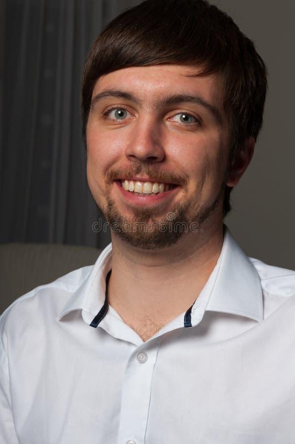 Retrato del primer del hombre feliz joven en camisa con la barba en cara fotografía de archivo