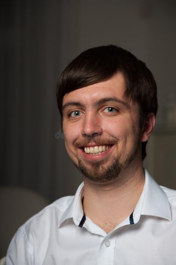 Retrato del primer del hombre sonriente joven en camisa con la barba en fac foto de archivo