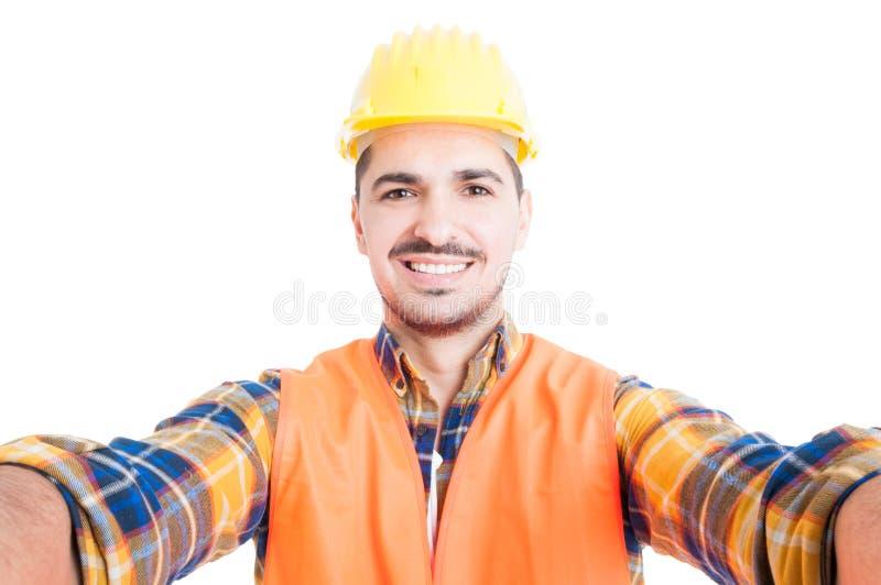 Retrato del primer del ingeniero sonriente alegre que toma un selfie imágenes de archivo libres de regalías