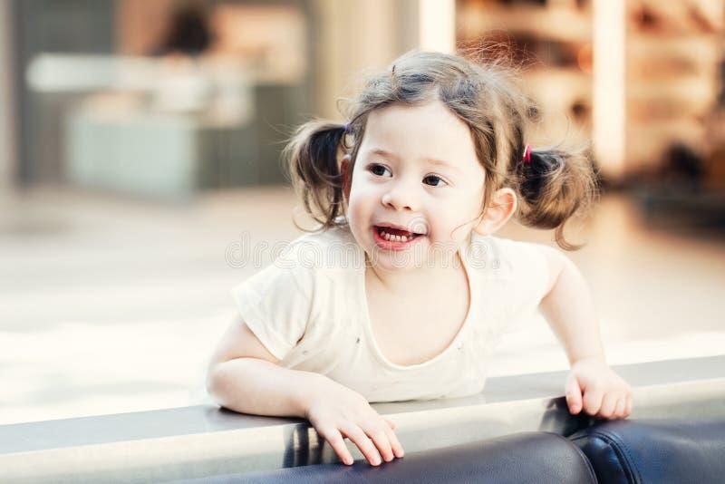 Retrato del primer del niño caucásico blanco sonriente adorable lindo de la niña pequeña con los ojos del marrón oscuro y las col foto de archivo