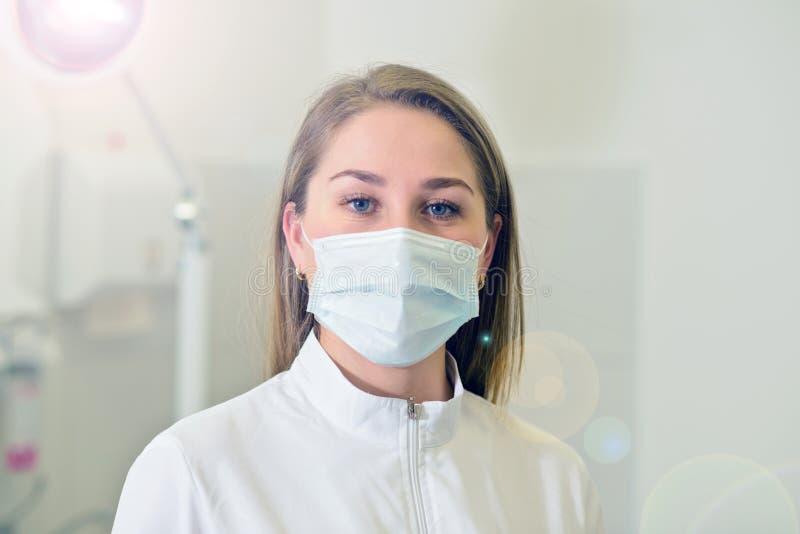 Retrato del primer del doctor serio en la máscara blanca Mirada del conf foto de archivo libre de regalías