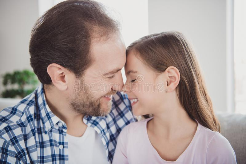 Retrato del primer el suyo él ella ella papá barbudo hermoso del papá de la muchacha pre-adolescente alegre atractiva dulce linda foto de archivo libre de regalías