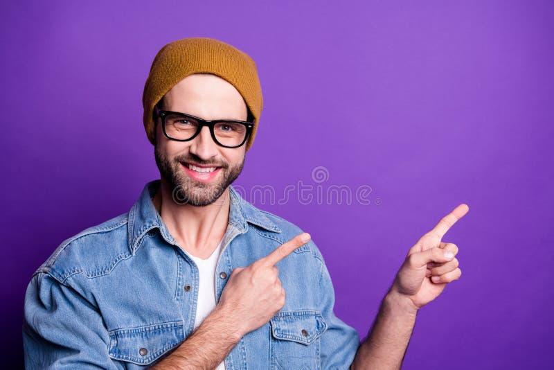 Retrato del primer el suyo él individuo barbudo alegre alegre alegre del contenido atractivo agradable que señala el anuncio de d foto de archivo