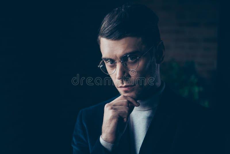 Retrato del primer el suyo él individuo importado de lujo elegante hermoso atractivo lindo agradable que toca la barbilla que pie fotos de archivo libres de regalías