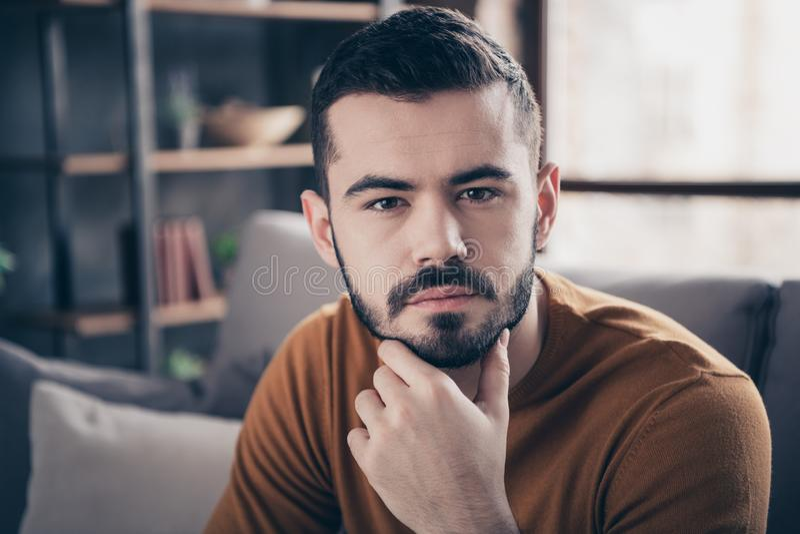 Retrato del primer el suyo él individuo sincero importado barbudo atractivo atractivo que pasa solucionar de pensamiento del tiem imagen de archivo