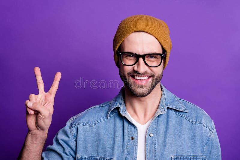 Retrato del primer el suyo que él v-muestra barbuda optimista alegre alegre fresca de la demostración del individuo del contenido fotografía de archivo