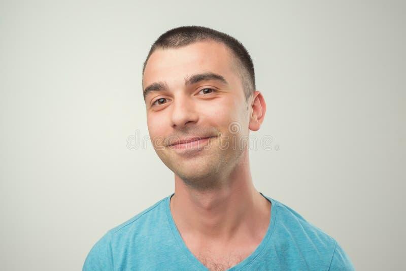 Retrato del primer del hombre sonriente en camiseta azul imagen de archivo libre de regalías