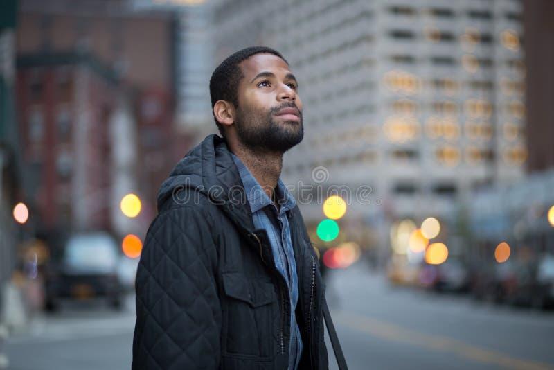 Retrato del profesional joven en la ciudad fotografía de archivo libre de regalías