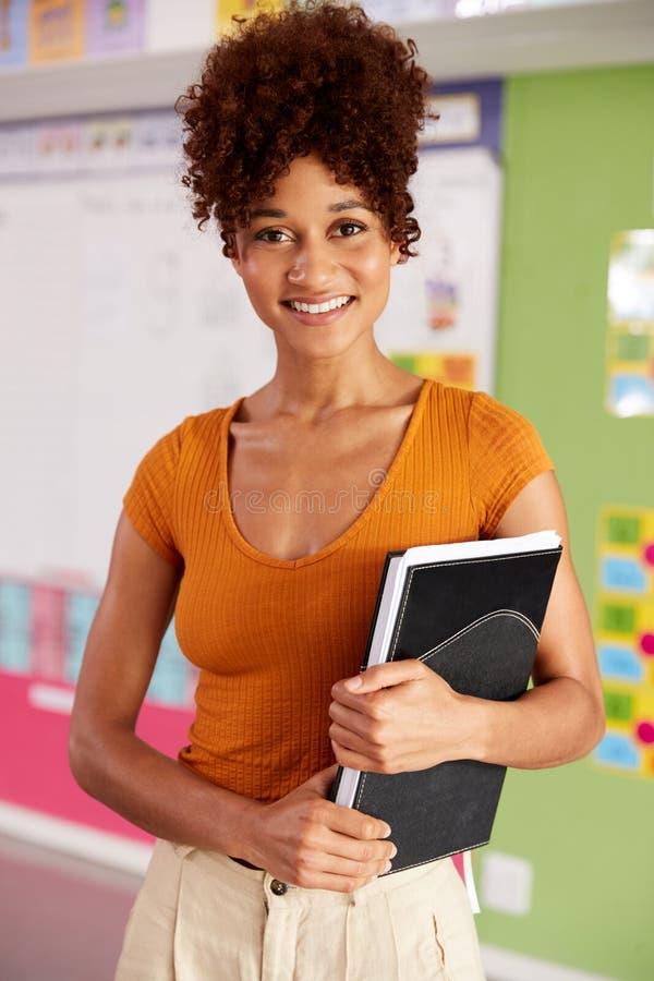Retrato del profesor de escuela elemental de sexo femenino Standing In Classroom fotos de archivo libres de regalías