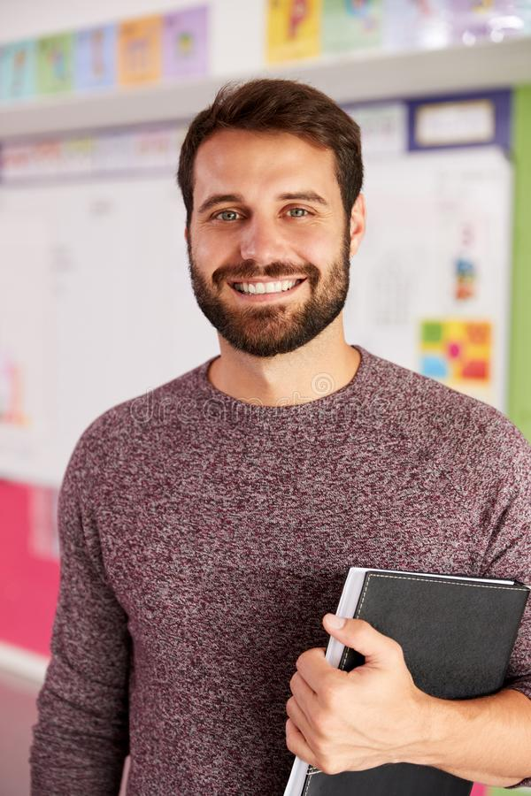 Retrato del profesor de escuela elemental de sexo masculino Standing In Classroom imágenes de archivo libres de regalías