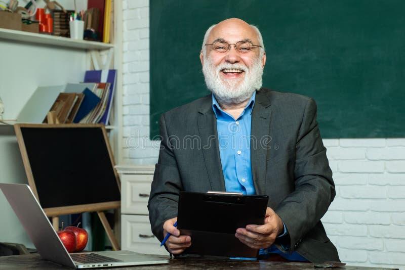 Retrato del profesor de sexo masculino de la universidad dentro D?a del conocimiento Concepto del profesor y de la educación de l fotografía de archivo