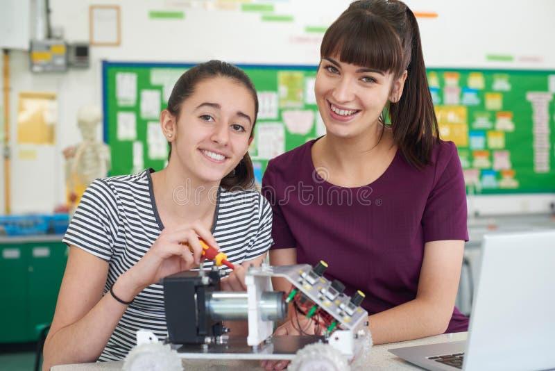 Retrato del profesor With Female Pupil que estudia la robótica en Scien foto de archivo libre de regalías