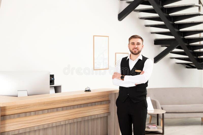 Retrato del recepcionista cerca del escritorio en moderno fotografía de archivo libre de regalías
