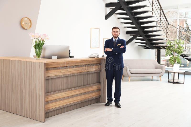 Retrato del recepcionista cerca del escritorio en moderno fotos de archivo libres de regalías