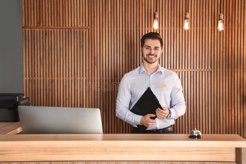 Retrato del recepcionista con el tablero en el escritorio foto de archivo libre de regalías