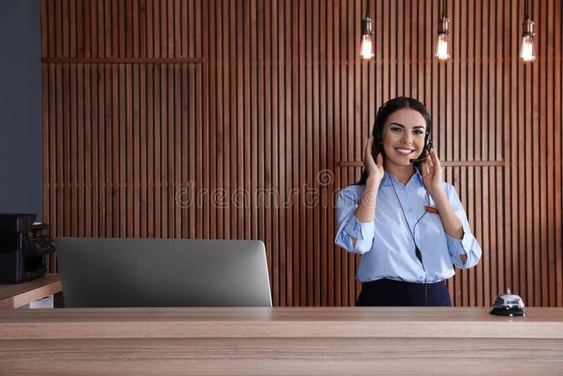 Retrato del recepcionista con las auriculares en el escritorio imagen de archivo