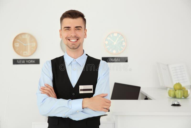 Retrato del recepcionista de sexo masculino en el lugar de trabajo imágenes de archivo libres de regalías