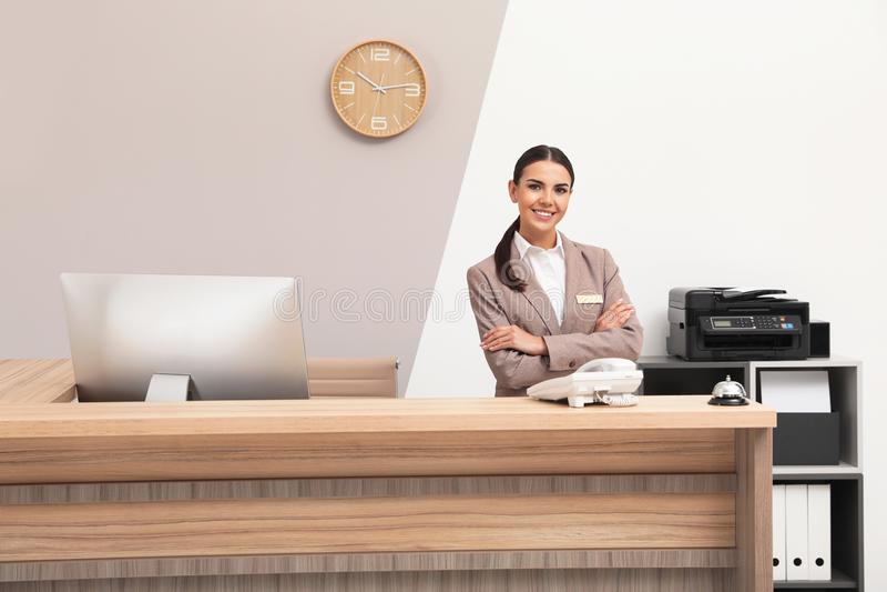 Retrato del recepcionista en el escritorio en hotel imagen de archivo