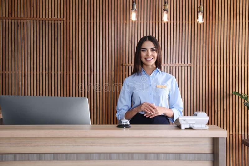 Retrato del recepcionista en el escritorio foto de archivo