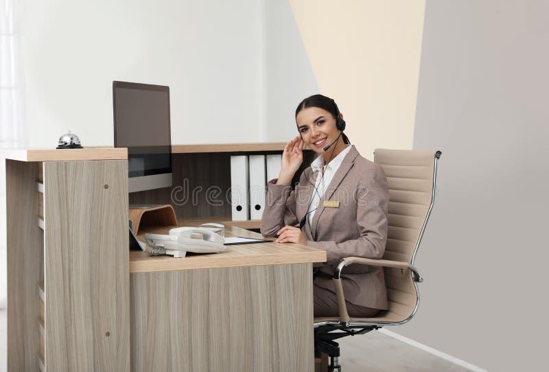 Retrato del recepcionista que trabaja en el escritorio imagenes de archivo