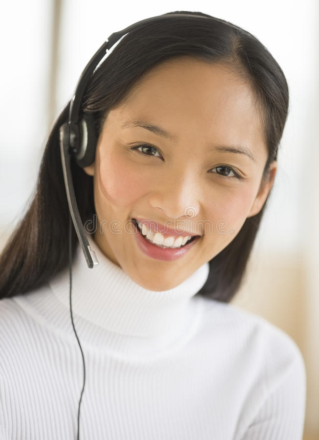 Retrato del representante/delegado de servicio de atención al cliente femenino feliz imagenes de archivo