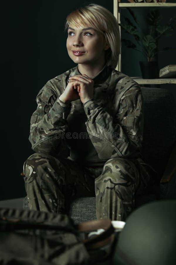 Retrato del soldado de sexo femenino joven fotos de archivo libres de regalías