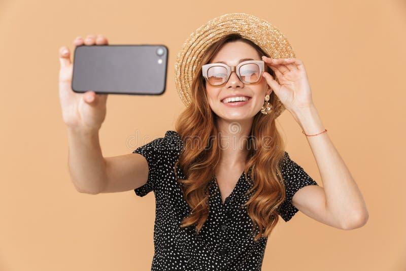 Retrato del sombrero de paja de la mujer alegre elegante y del sunglasse que llevan fotos de archivo libres de regalías