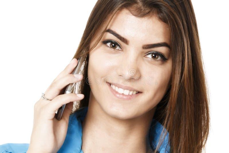 Retrato del teléfono sonriente de la mujer de negocios que habla, aislado en wh foto de archivo