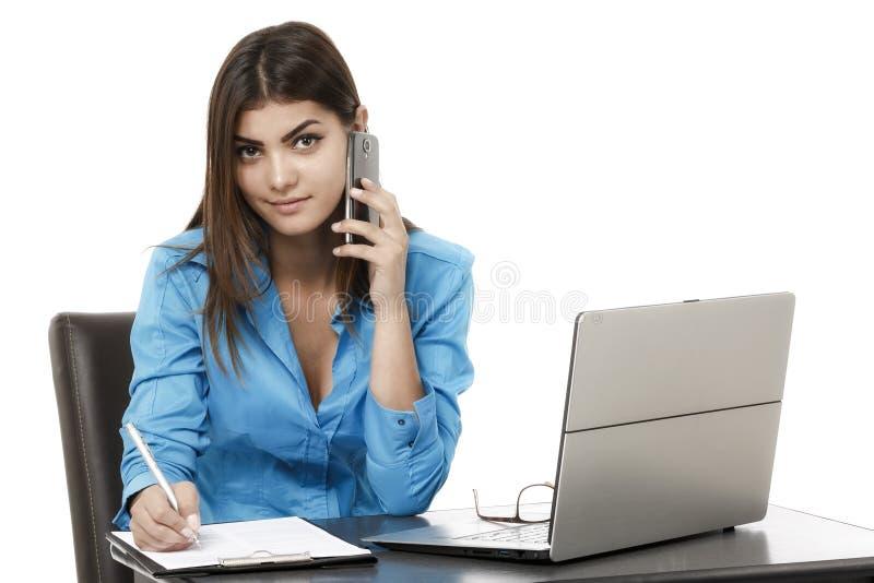 Retrato del teléfono sonriente de la mujer de negocios que habla, aislado en wh foto de archivo libre de regalías