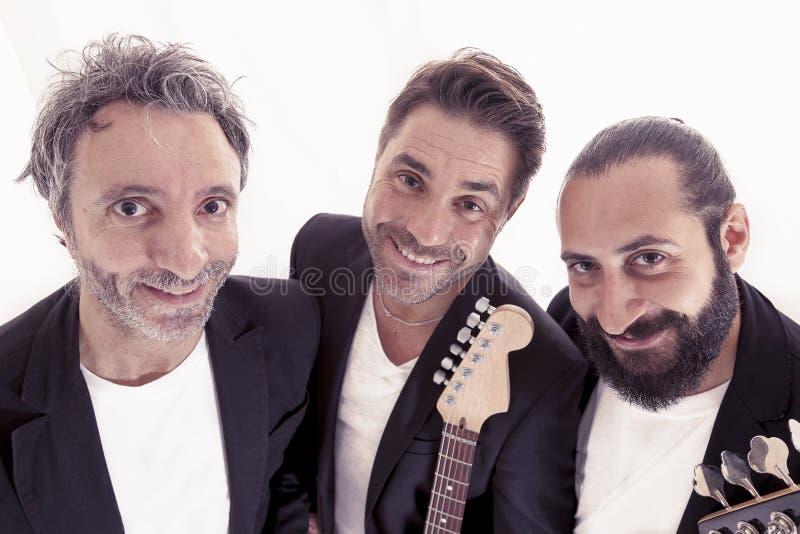 Retrato del trío de la banda de rock abrazado imagenes de archivo