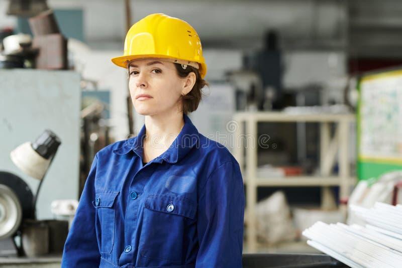Retrato del trabajador de sexo femenino foto de archivo libre de regalías
