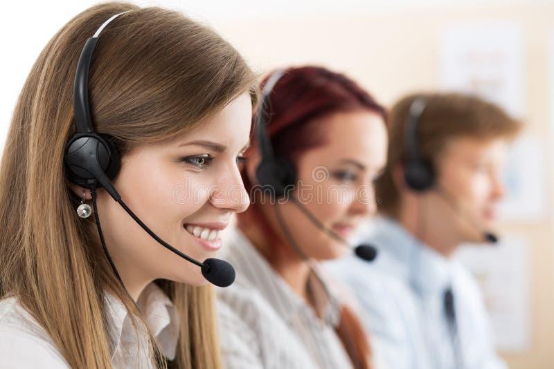 Retrato del trabajador del centro de atención telefónica acompañado por su equipo imagen de archivo