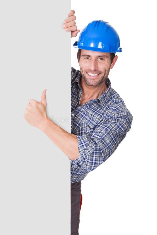 Retrato del trabajador feliz que presenta la bandera vacía fotografía de archivo