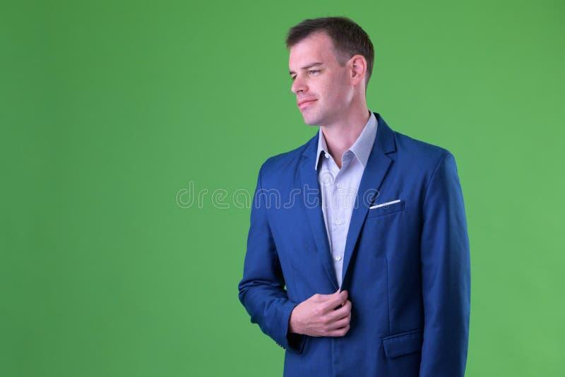 Retrato del traje que lleva del hombre de negocios que piensa y que mira lejos foto de archivo