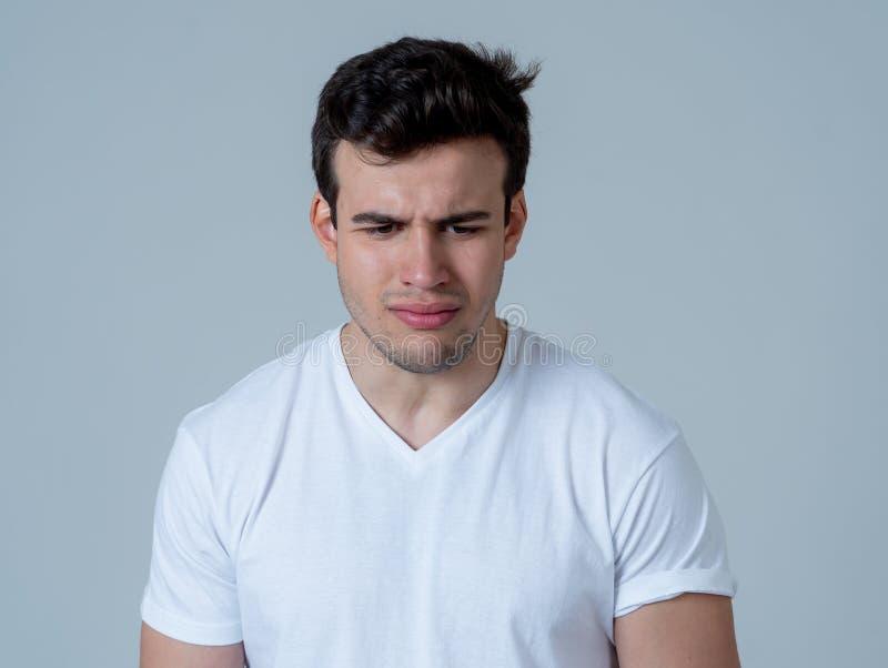 Retrato del trastorno triste y deprimido de la sensaci?n del hombre joven Expresiones humanas y emociones negativas imagen de archivo
