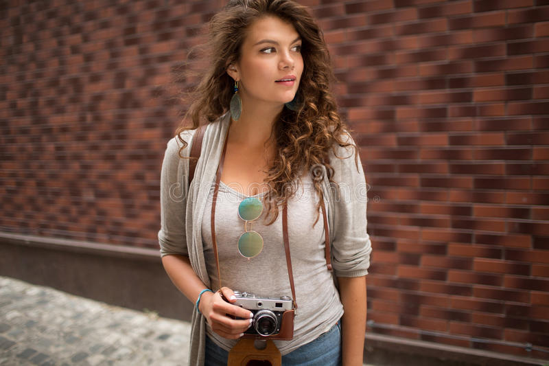 Retrato del travelgirl hermoso joven que mira a un lado imágenes de archivo libres de regalías