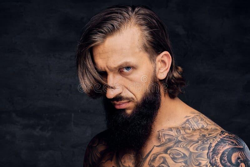 Retrato del varón barbudo descamisado tatuado fotos de archivo libres de regalías