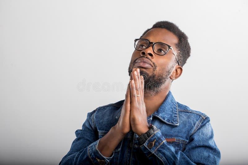 Retrato del var?n afroamericano en estudio foto de archivo libre de regalías