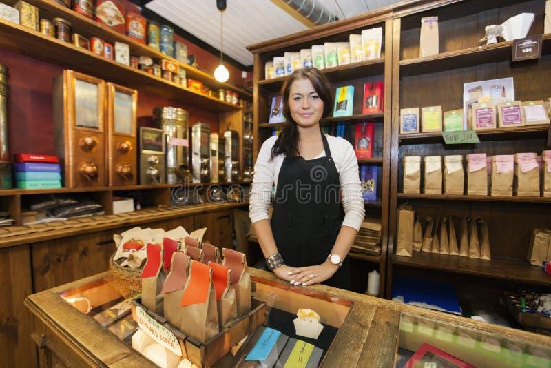 Retrato del vendedor de sexo femenino que trabaja en cafetería imagen de archivo